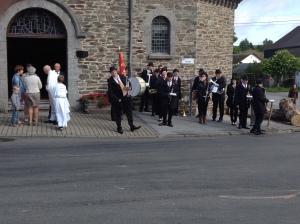 La fanfare et le curé de Porcheresse attendent le représentant du Roi