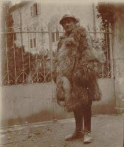 Maurice Ravel en 1916, avec casque et peau de bique