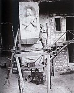 Louis Leclabart à la carrière du Chauffour terminant le demi-relief de Jeanne d'Arc