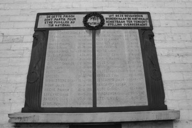 Plaque devant la prison de Saint-Gilles commémorant le souvenir des patriotes fusillés par l'occupant.